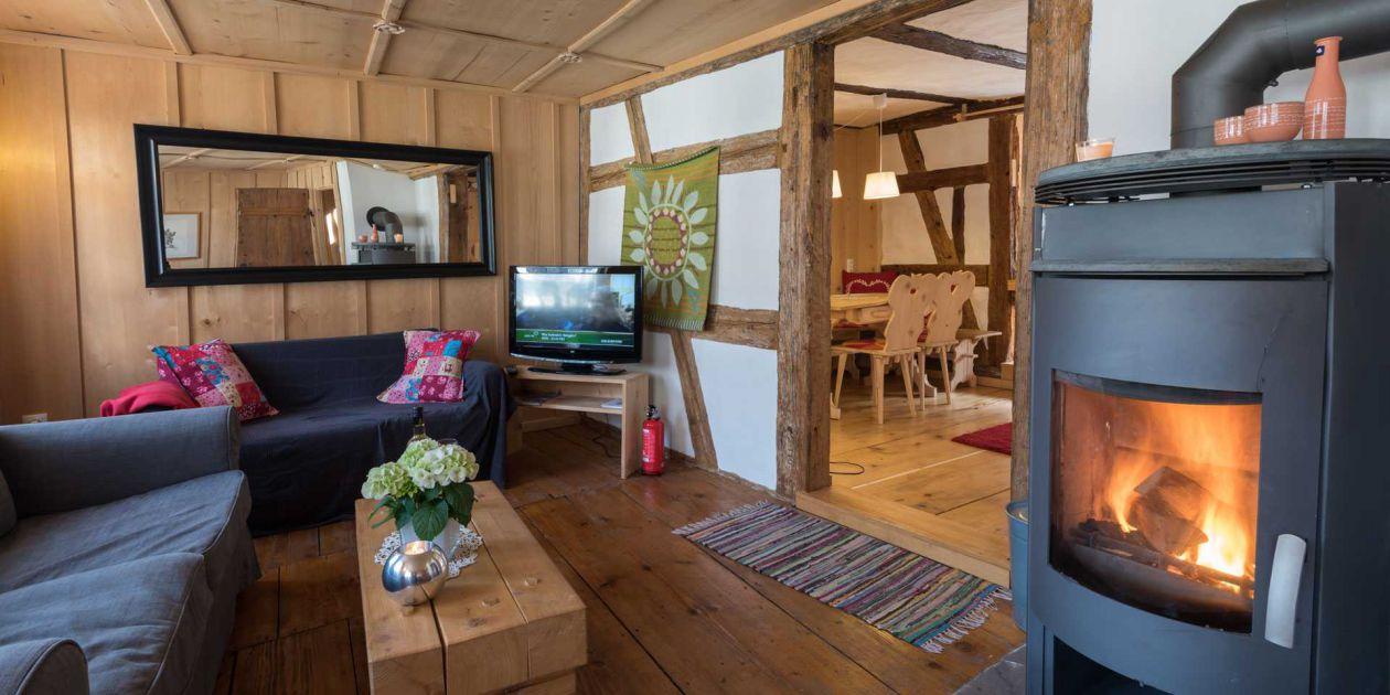 Historisches Ferienhaus gemütliches Wohnzimmer mit Kamin